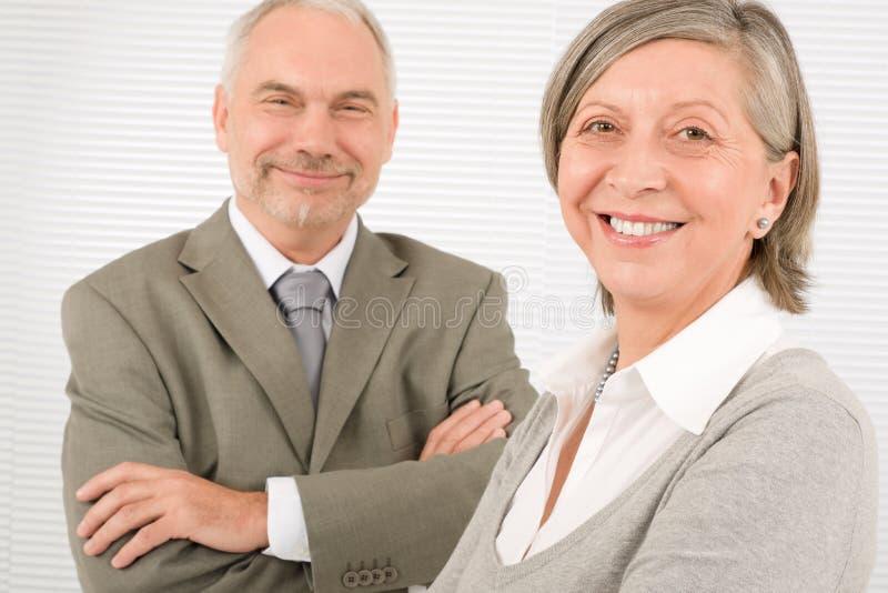Bras en travers professionnels d'hommes d'affaires aînés photo stock