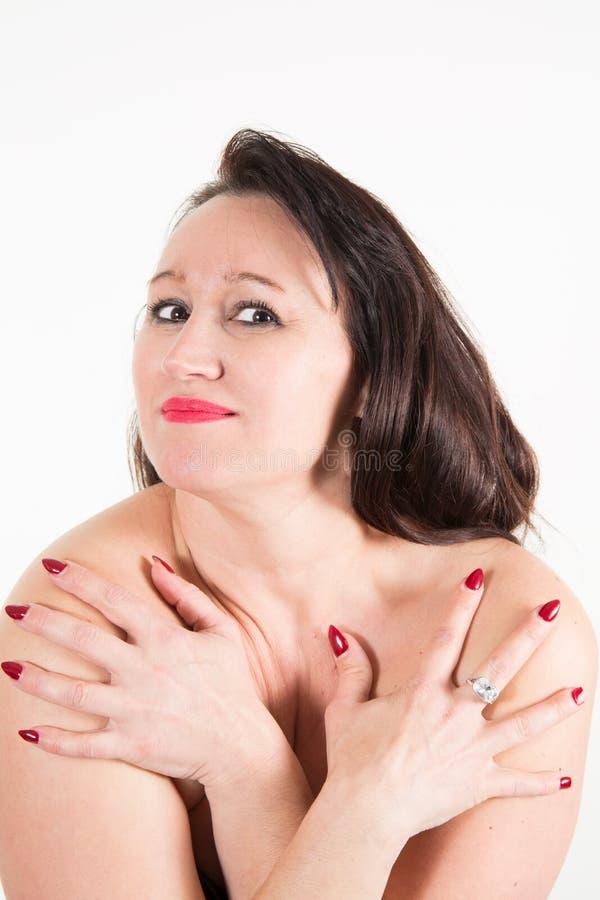 Bras sans chemise de femme sur le coffre photos stock