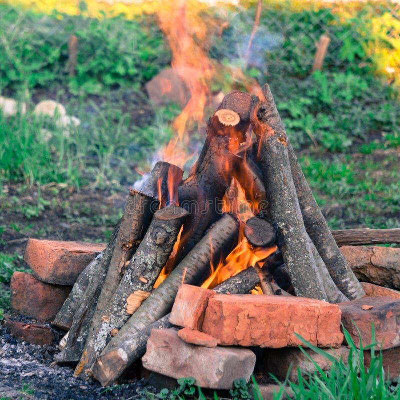 Brasabränning Ljust värme, ljus och att campa, stor brasa arkivbild