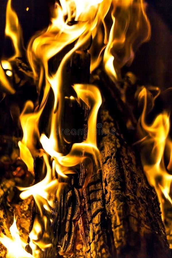 brasan brand, loggar tätt upp på natten arkivbilder