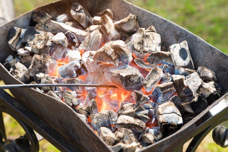 Brasero con los carbones ardientes imagen de archivo libre de regalías