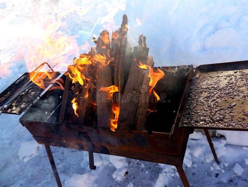 Brasero con madera ardiente imagenes de archivo