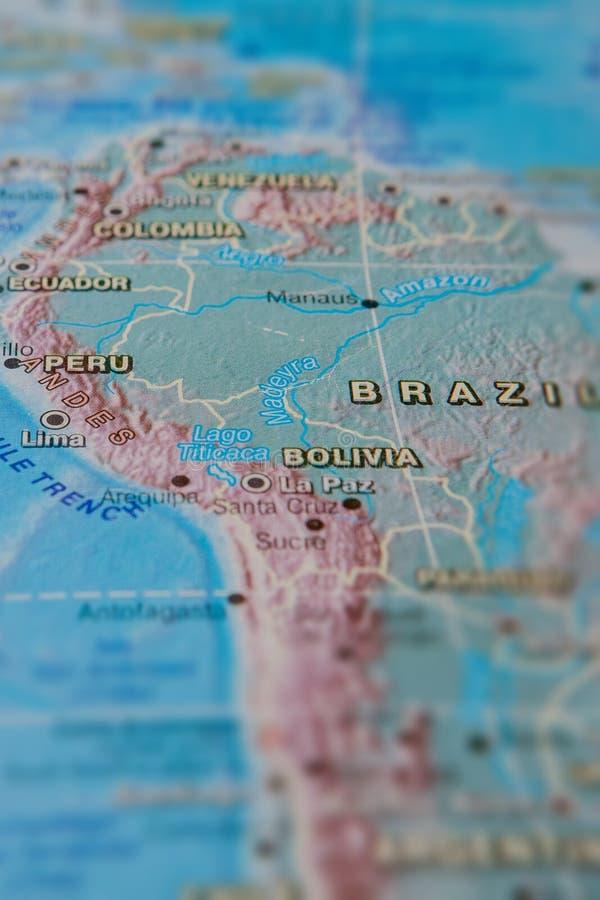 Brasil e Peru no fim acima no mapa Foco no nome do pa?s Efeito do Vignetting imagem de stock