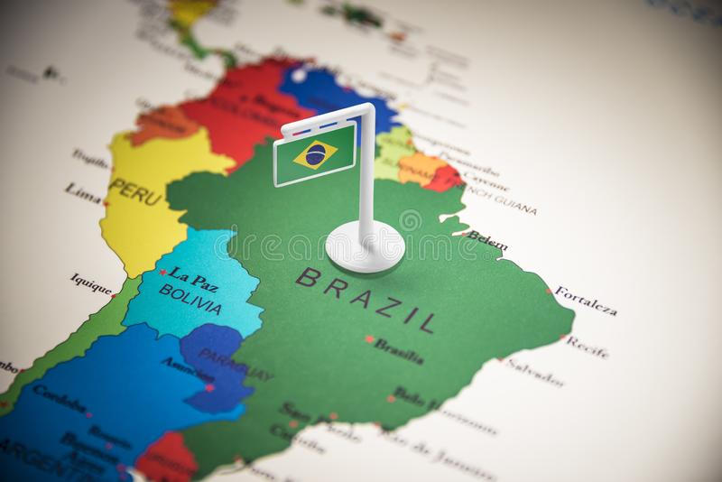 Brasil identificou por meio de uma bandeira no mapa fotografia de stock royalty free