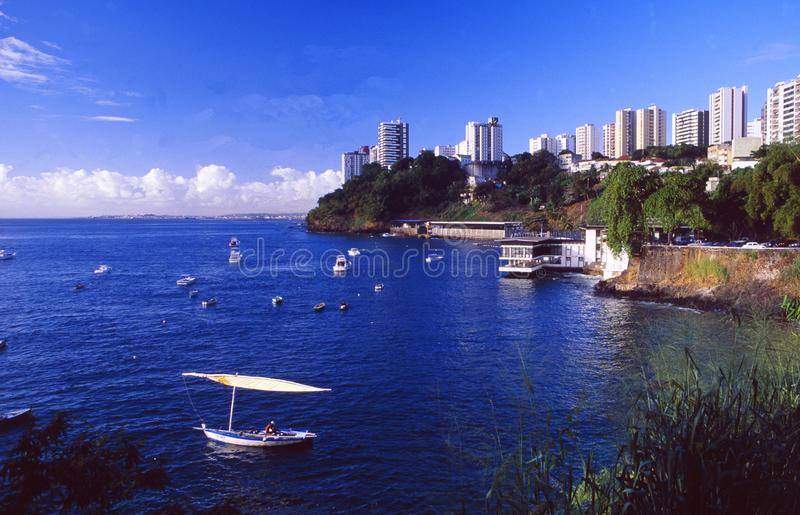 Brasil: A linha da baía e da costa de Salvador de Bahia imagens de stock