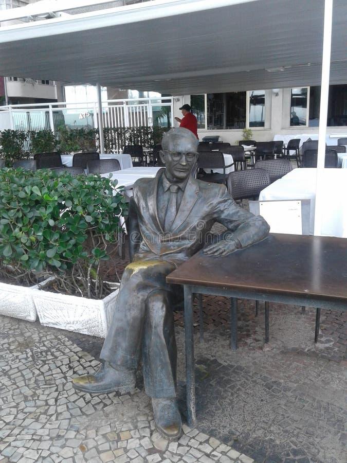 Brasil - Rio de janeiro - Leme - Ary Barroso Statue - vista assentada homem da tabela fotos de stock