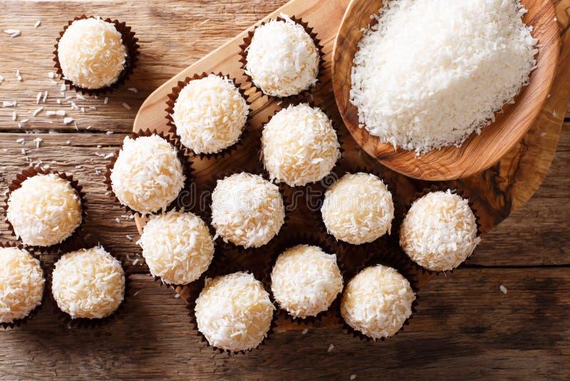 Brasileño hecho en casa sweets beijinhos de coco con leche condensada imágenes de archivo libres de regalías