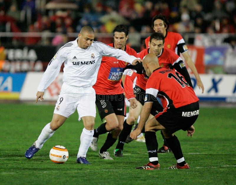 Brasileño Ronaldo Nazario Da Lima que controla la bola imagenes de archivo