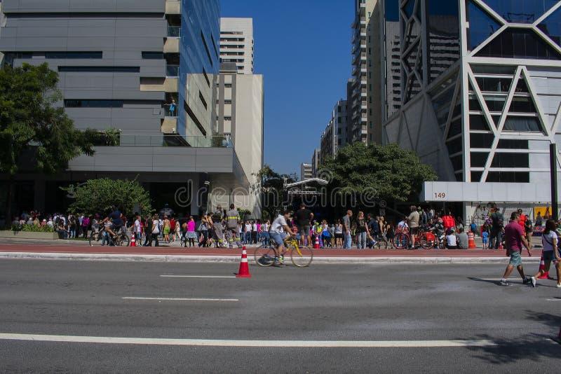 Brasileños que asisten a funcionamiento de la música de la calle en el sao Paulo May 2018 imagen de archivo