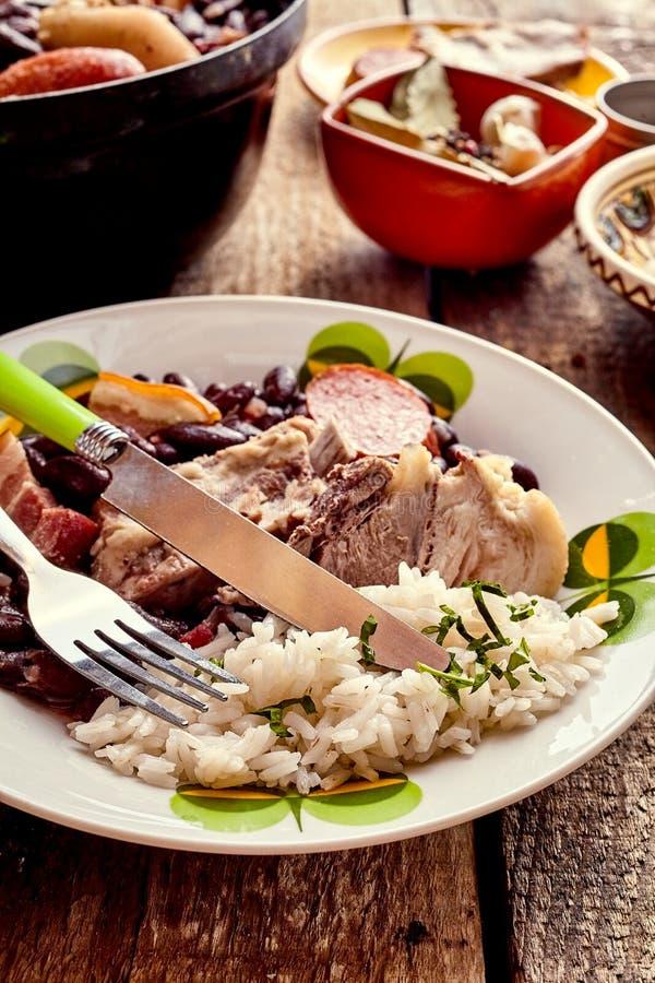 Brasileiro tradicional Feijoada com carne e feijões imagens de stock