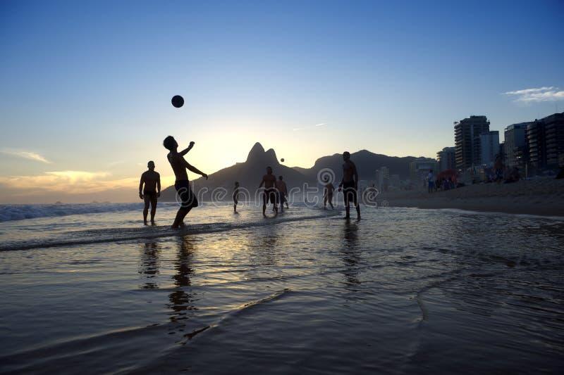 Brasileiros que jogam o Rio do futebol da praia de Pontapé-UPS Altinho fotos de stock