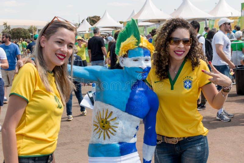 Brasilia, Бразилия 10-ое августа 2016: Гондурасские и бразильские поклонники футбола стоковая фотография rf