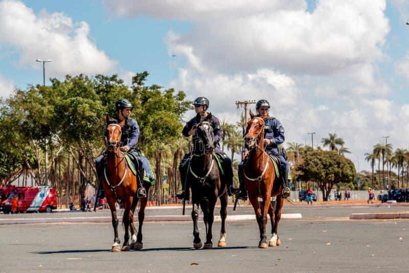 Brasilia Brasilien-Augusti 4, 2016: Den brasilianska polisen på hästrygg arkivfoto