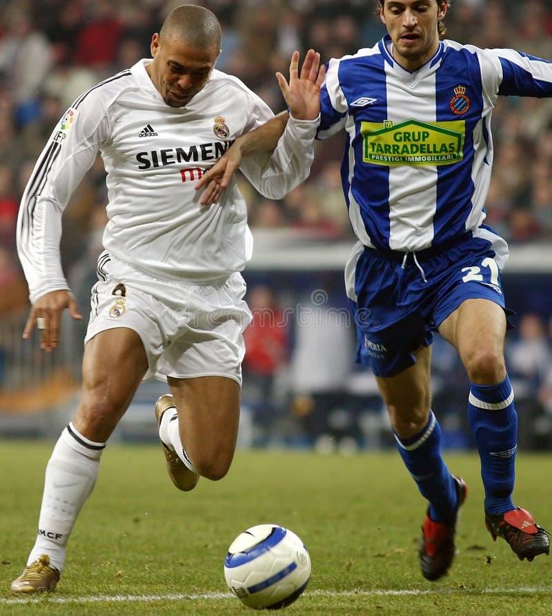 Brasilian Ronaldo Nazario Da Lima som kontrollerar bollen arkivfoto
