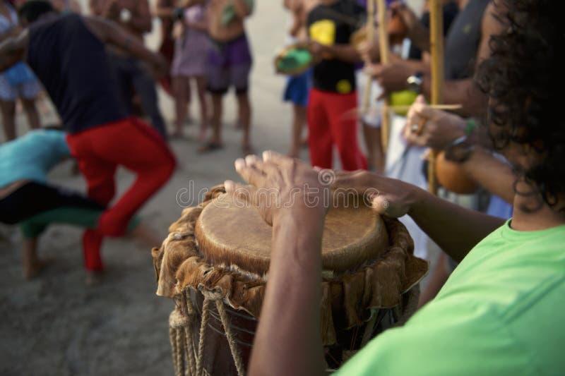 BrasilianCapoeira cirkel med musiker och åskådare arkivbild