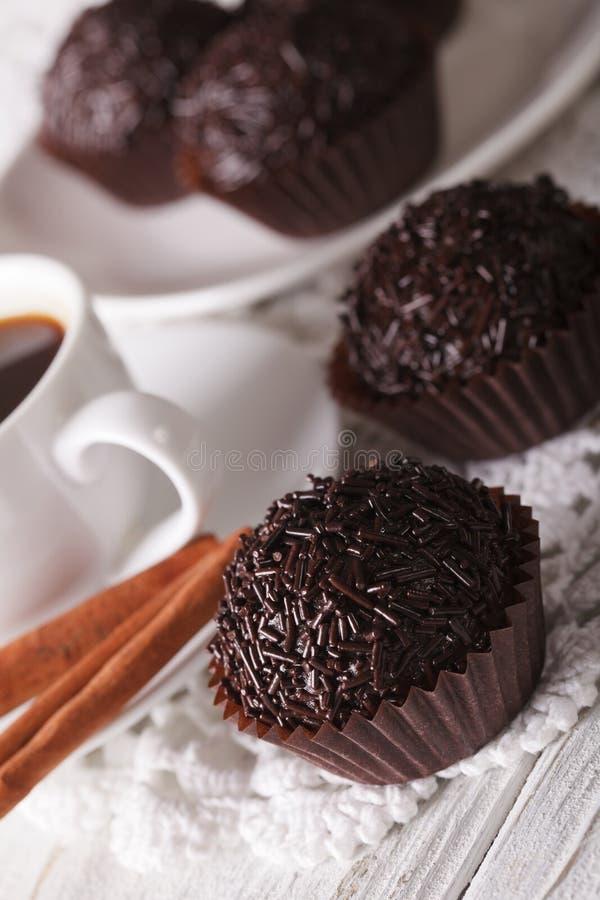 Brasilianer Brigadeiro-Bonbon und Kaffeenahaufnahme vertikal lizenzfreie stockfotos