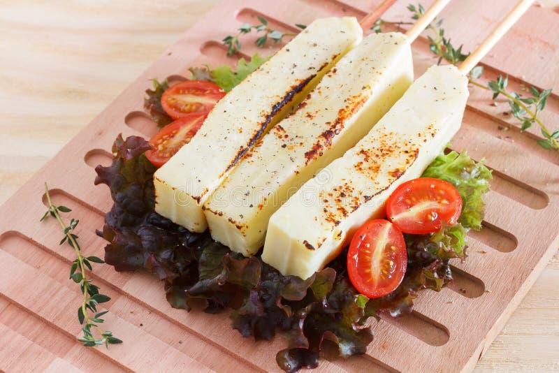 Brasilianer grillte Käsesnack queijo coalho, Tomate auf Ausschnitt lizenzfreies stockfoto