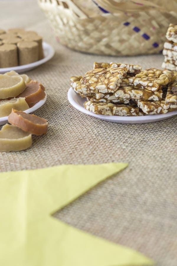 Brasilianerjuni-Festbonbons nannten Kinderfuß und Bonbon des Kürbises und der Süßkartoffel lizenzfreies stockbild