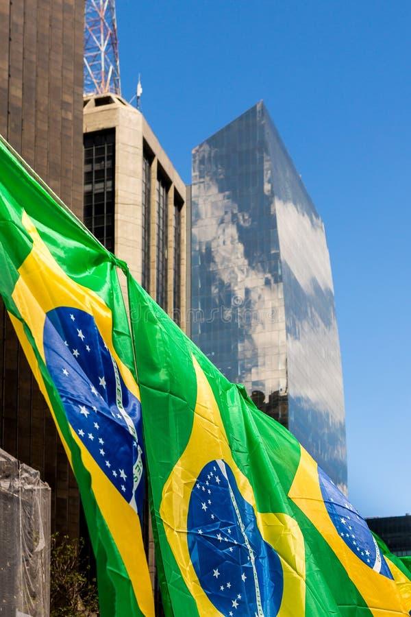 Brasilianflaggor på den Paulista avenyn, i Sao Paulo fotografering för bildbyråer