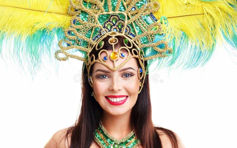 Brasilianische Frau, die im Sambakostüm über weißem Hintergrund aufwirft stockfoto