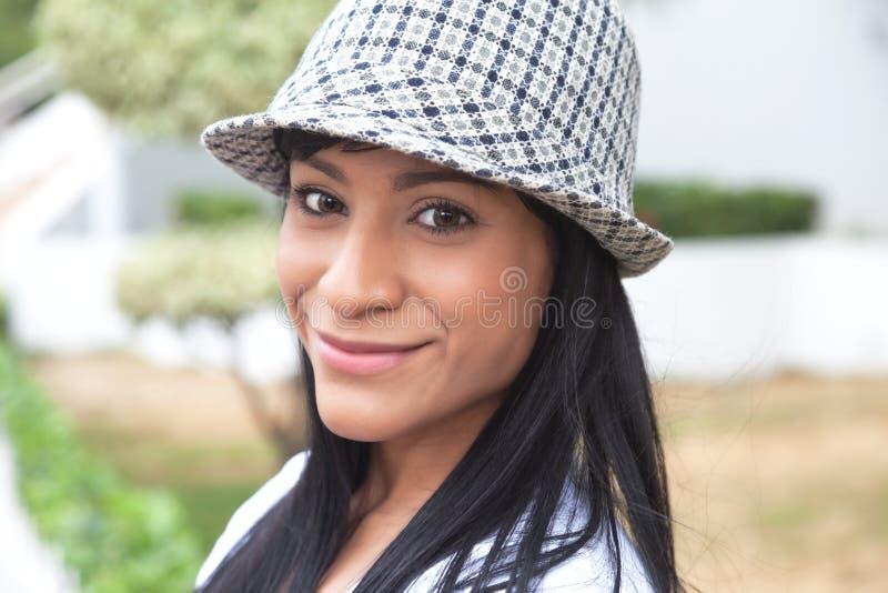 Brasilianische Frau mit Hut lächelnd an der Kamera stockfotografie