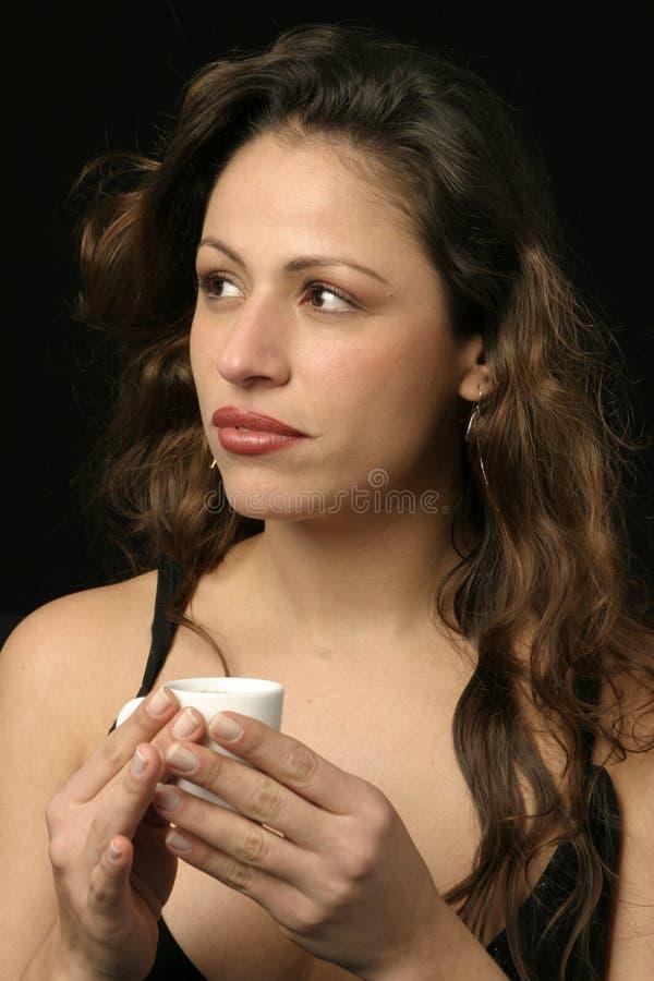 Brasilianische Frau mit Tasse Kaffee stockfotos