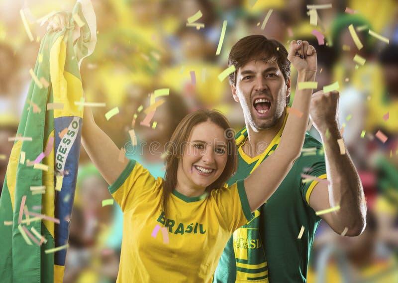 Brasilianische Paare, die auf einem Stadion feiern lizenzfreie stockfotografie