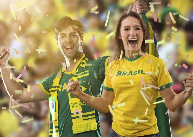 Brasilianische Paare, die auf einem Stadion feiern stockbild