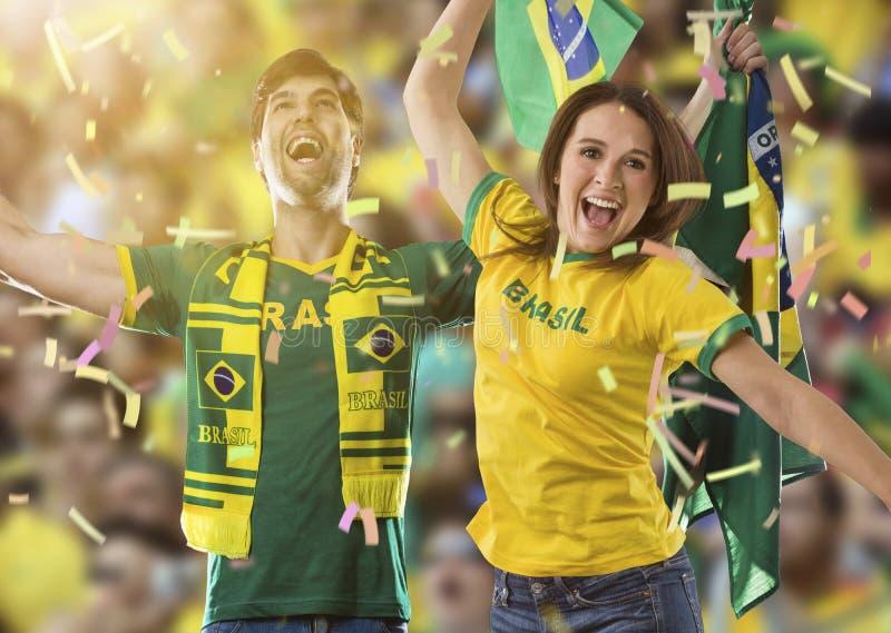 Brasilianische Paare, die auf einem Stadion feiern stockfotografie