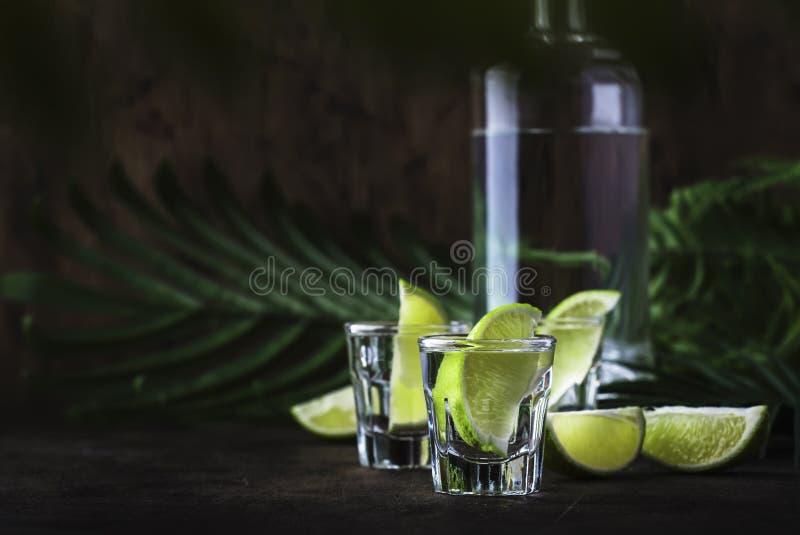brasilianischer caipirinha oder mojito cocktail mit