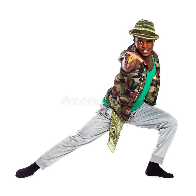 Brasilianischer Mann ist, tanzend aufwerfend und in kühle Stoffe lizenzfreie stockfotos