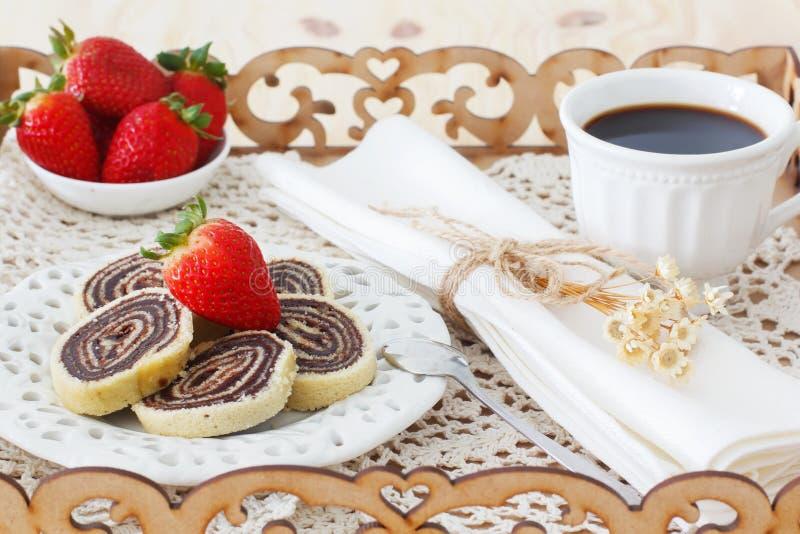 Brasilianischer Schokoladennachtisch Bolode Rolo (Schweizer Rolle, Rollenkuchen) lizenzfreie stockfotografie