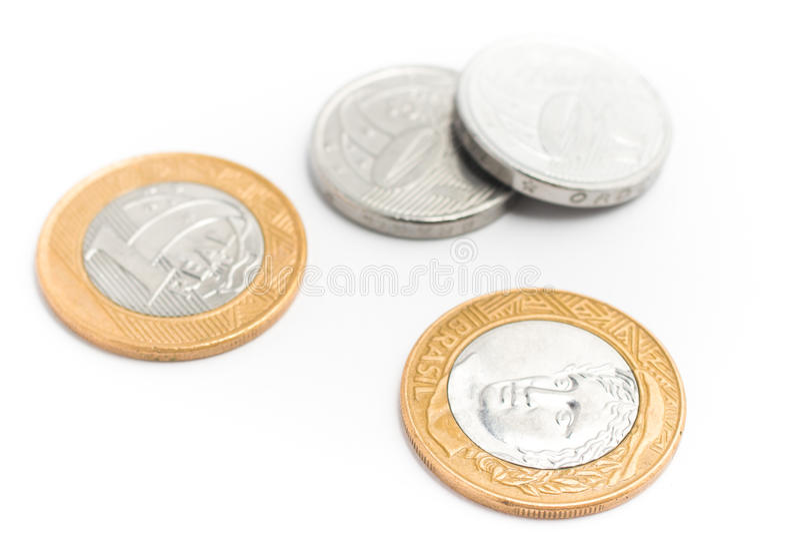 Brasilianisches Geld Münzen von einem wirklichen und von fünfzig Cents auf Weißrückseite stockbilder