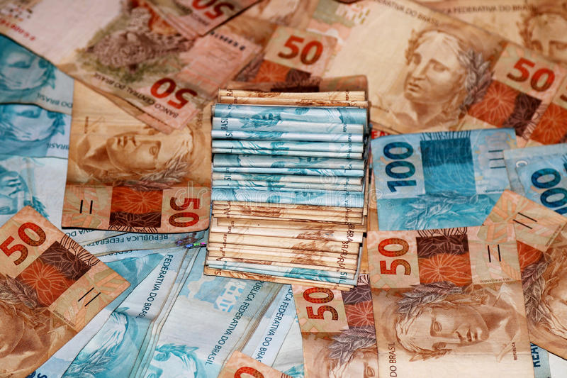 Brasilianisches Geldpaket mit Anmerkungen von verschiedenen Werten stockfotos
