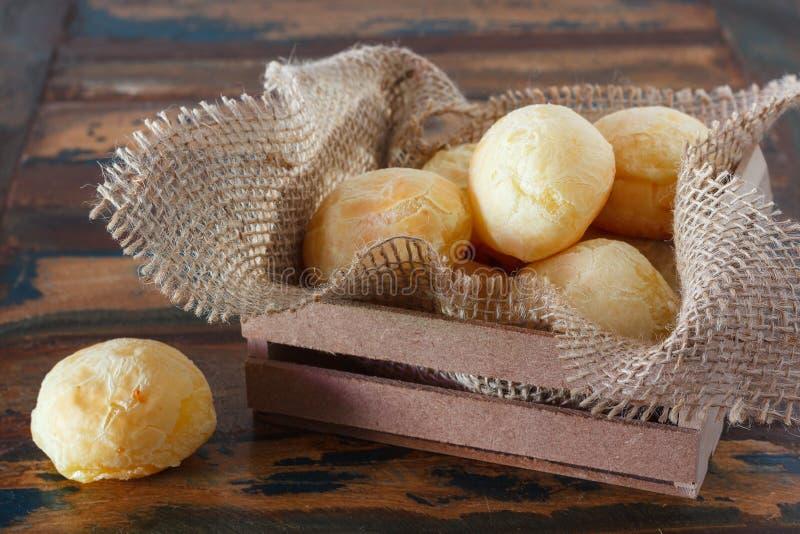 Brasilianisches Snackkäsebrot (Pao de Queijo) in der Holzkiste mit lizenzfreies stockfoto