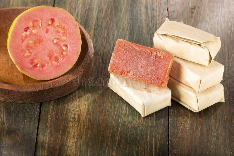 Brasiliansk efterrättgoiabada med ny goiaba på trätabellen - Psidiumguajava arkivfoton