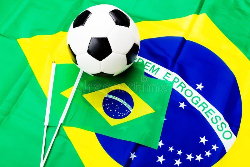 Brasiliansk flagga- och fotbollboll royaltyfria bilder