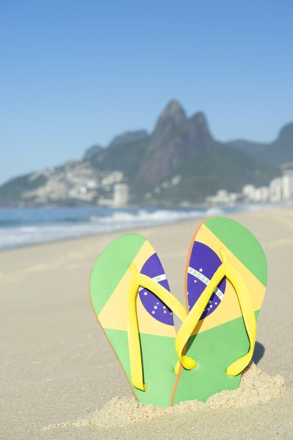 Brasiliansk flaggaFlip Flops Sandals Ipanema Beach Rio de Janeiro royaltyfri fotografi
