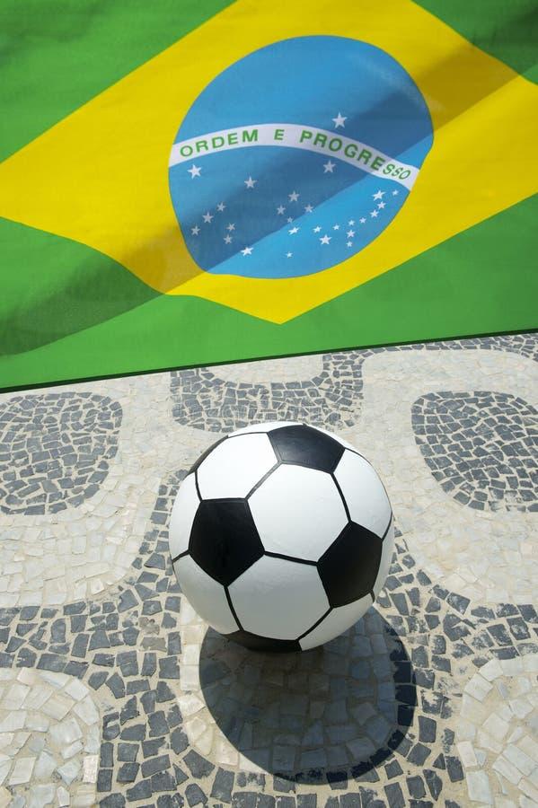 Brasiliansk fotboll för fotbollboll med den flaggaIpanema Rio de Janeiro arkivbild