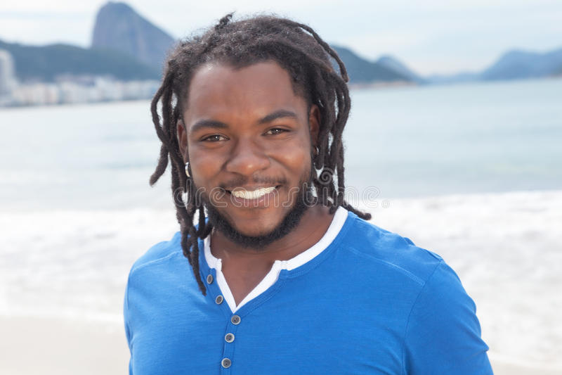 Brasiliansk grabb med dreadlocks på Rio de Janeiro royaltyfria bilder