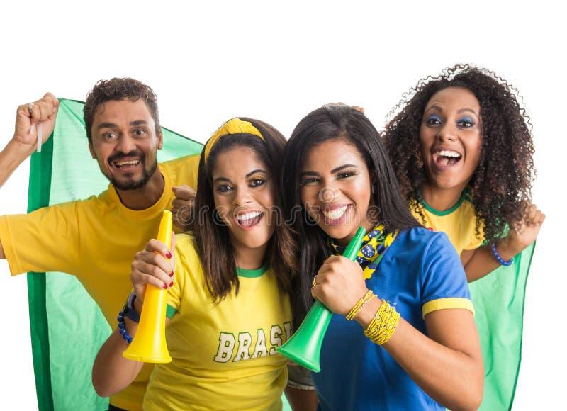 Brasiliansk grupp av fans som firar på fotbollsmatch på vit b royaltyfri fotografi