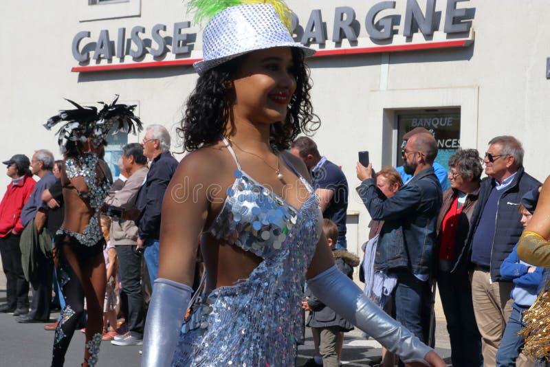 Brasiliansk kvinnadans på karnevalet av Limoux i Auden, Frankrike arkivfoto