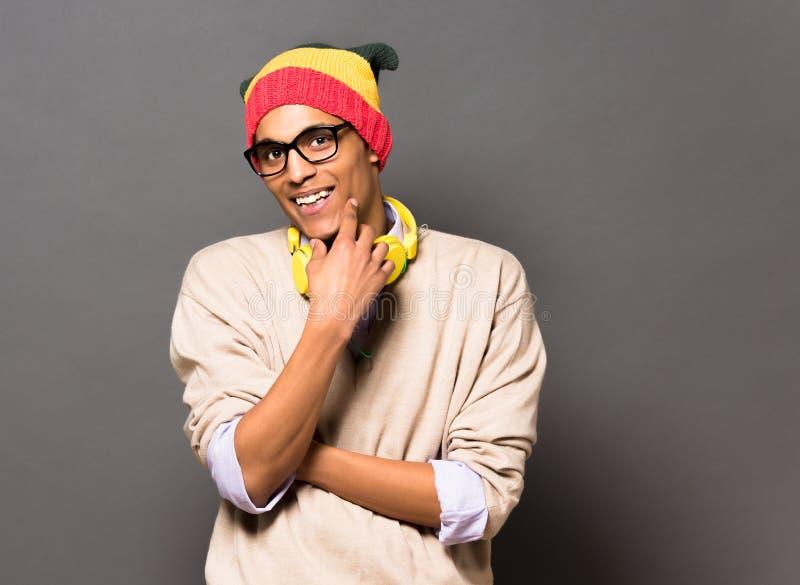 Brasiliansk man för Hipster i studio arkivbilder