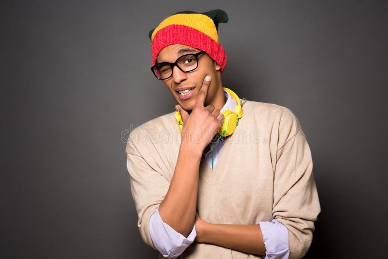 Brasiliansk man för Hipster i studio arkivfoto