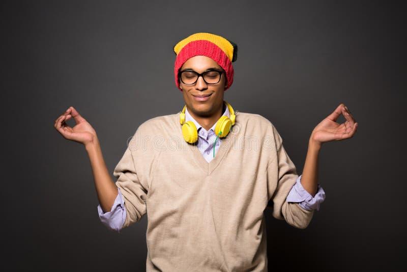 Brasiliansk man för Hipster i studio royaltyfria bilder
