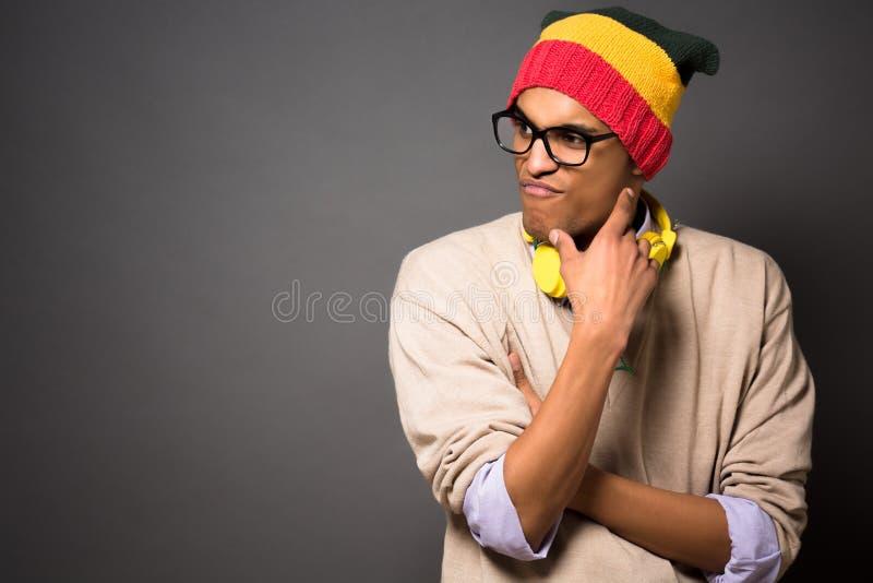 Brasiliansk man för Hipster i studio fotografering för bildbyråer