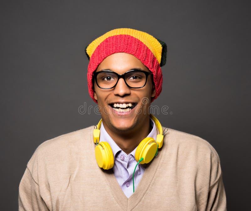 Brasiliansk man för Hipster i studio royaltyfri foto