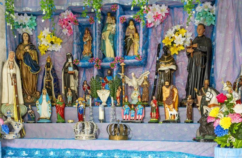 Brasiliansk religiös altarblandning av element av umbanda, candomblé och katolicism fotografering för bildbyråer