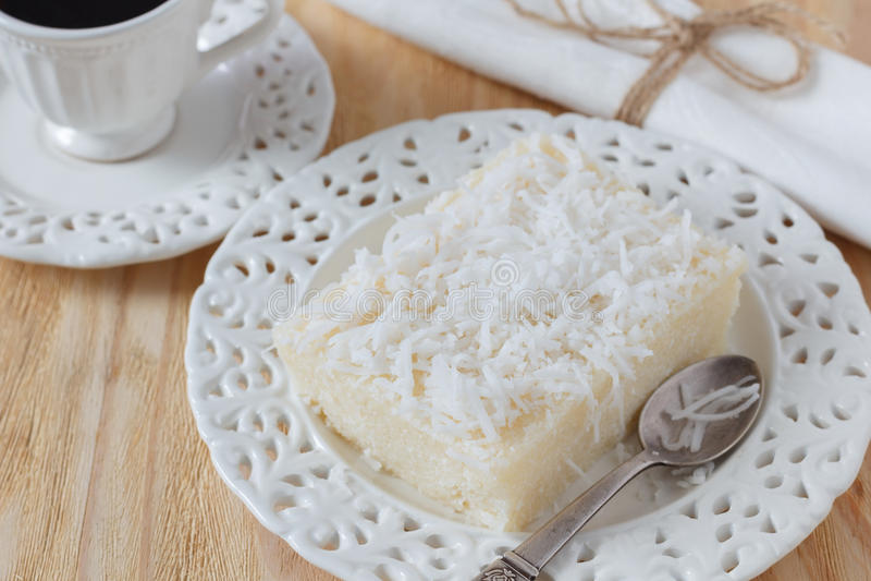 Brasiliansk söt couscouspudding (cuscuzdoce) med kokosnöten royaltyfria foton
