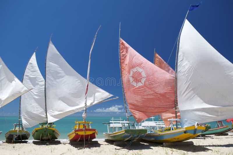 Brasiliansk strand Jangada för traditionella segelbåtar royaltyfri foto